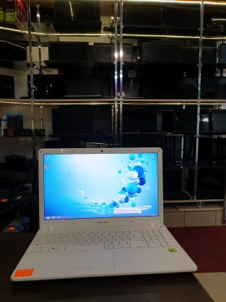 """15.6"""",Ноутбук SAMSUNG NP450R5E-X04, Intel Core i5 3230M 4*2.6ГГц, 4Гб, 500Гб, nVidia GeForce 710M - 2048 Мб, Windows 8 белый"""